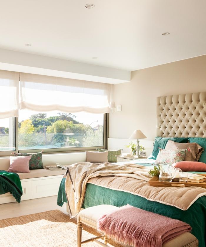 como hacer un cabecero, dormitorio en tonos pasteles con cabecero de piel en rombos, estores modernos en beige y lámparas empotradas