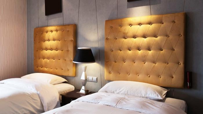 como hacer un cabecero, dormitorio moderno de dos camas individuales con cabeceros de capitoné en color dorado