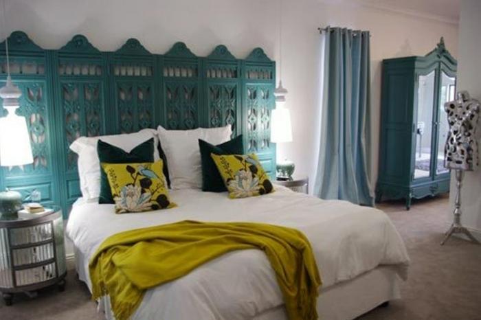 cabeceros originales, dormitorio blanco con muebles en azul y verde, cabezal de madera con ornamentos bonitos