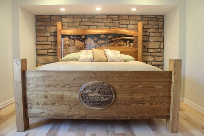 cabeceros, habitación con una cama solamente, estilo rústico, cama grande de madera con decoración y patas largas, pared con ladrillos