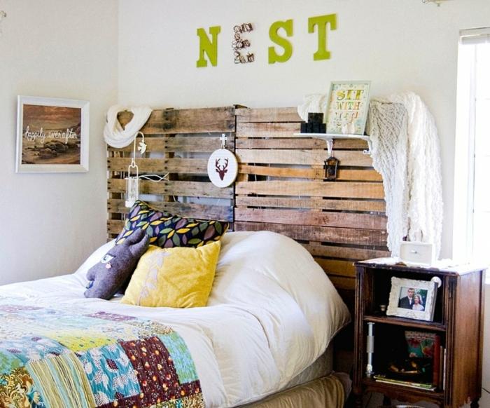 cabecero, dormitorio pequeño en estilo bohemio con decoración casera, cabecero hecho de dos palets, elementos coloridos