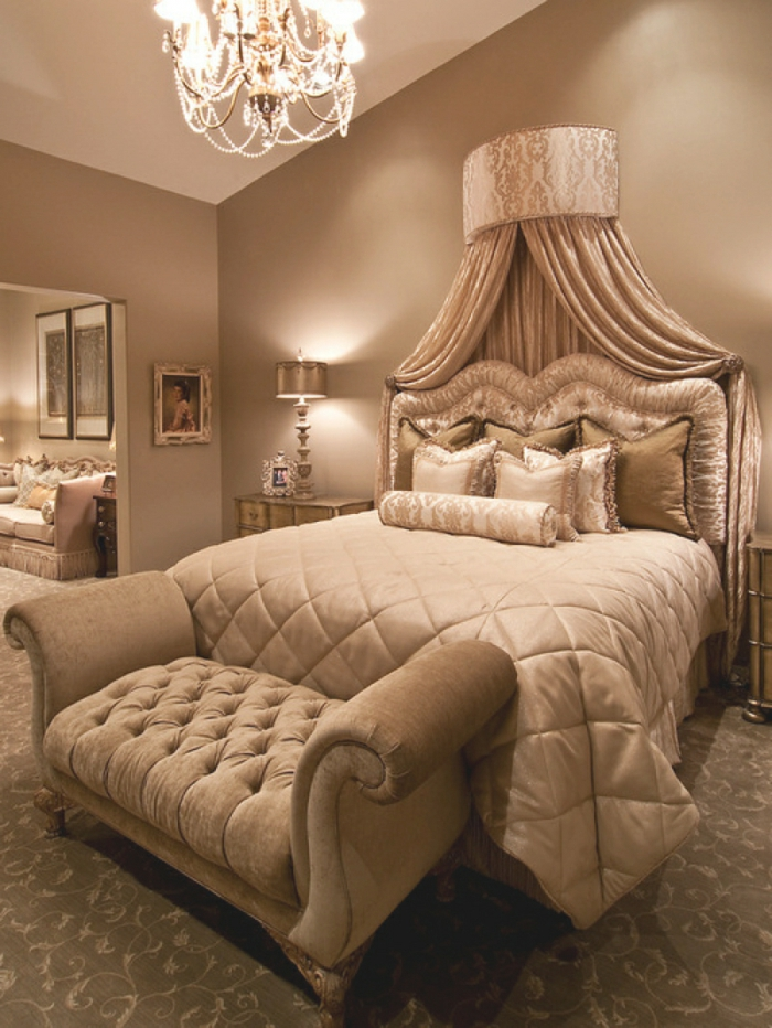 cabeceros, dormitorio elegante en beige con muebles clásicos con toque refinado, cabecero de peluche, y candelabro bonito
