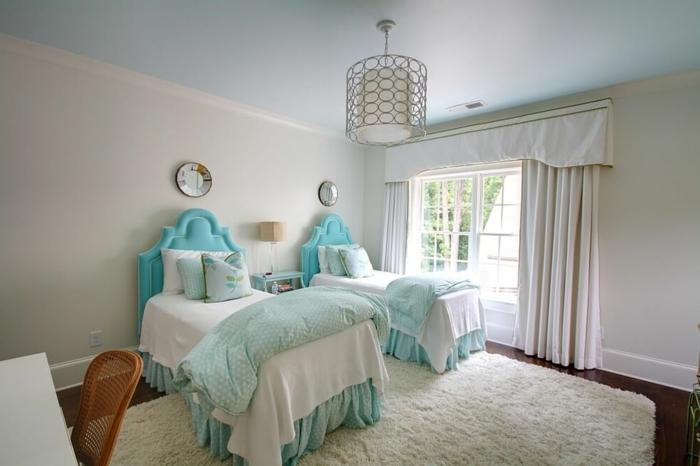cabeceros, dos camas individuales en azul llamativo, habitación blanca con mucha frescura, cabeceros clásicos en forma de arco
