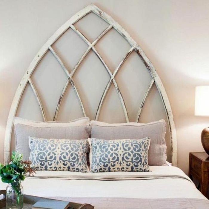 cabeceros cama, cabezal en forma de huevo, bonita propuesta DIY con efecto desgastado, cama matrimonio con cojines decorativos