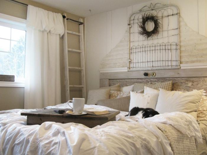 cabeceros, dormitorio acogedor en blanco con detalles de algodón en blanco, cabecero casero de forja con decoración de plumas