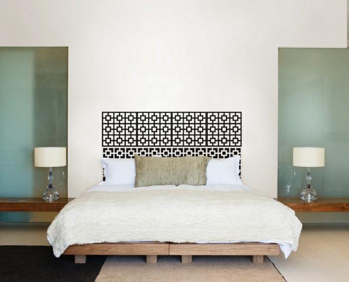 cabeceros originales, bonito mosaico en una habitación moderna con lecho de madera y elementos arquitectónicos, paredes en blanco y verde