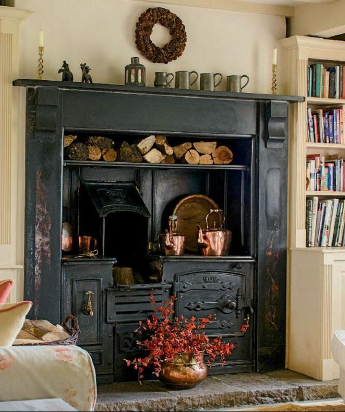chimeneas rusticas, grande armario de madera pintado en negro, interior en estilo vintage con biblioteca