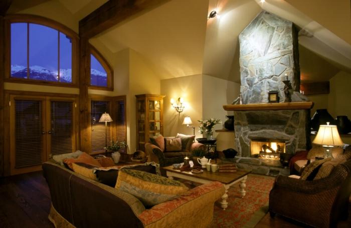 chimeneas rusticas, espacio en estilo rústico, bonita ventana, chimenea de piedra alta, salón comedor