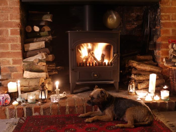 estufa de leña, rincón agradable con estufa de hierro fundido, muchas velas decorativas, almacenamiento de leña