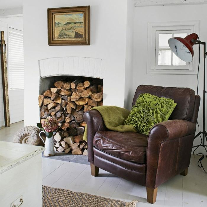 estufa de leña, salon vintage con grande almacenamiento de leña, sillón de piel en marrón, interior en blanco
