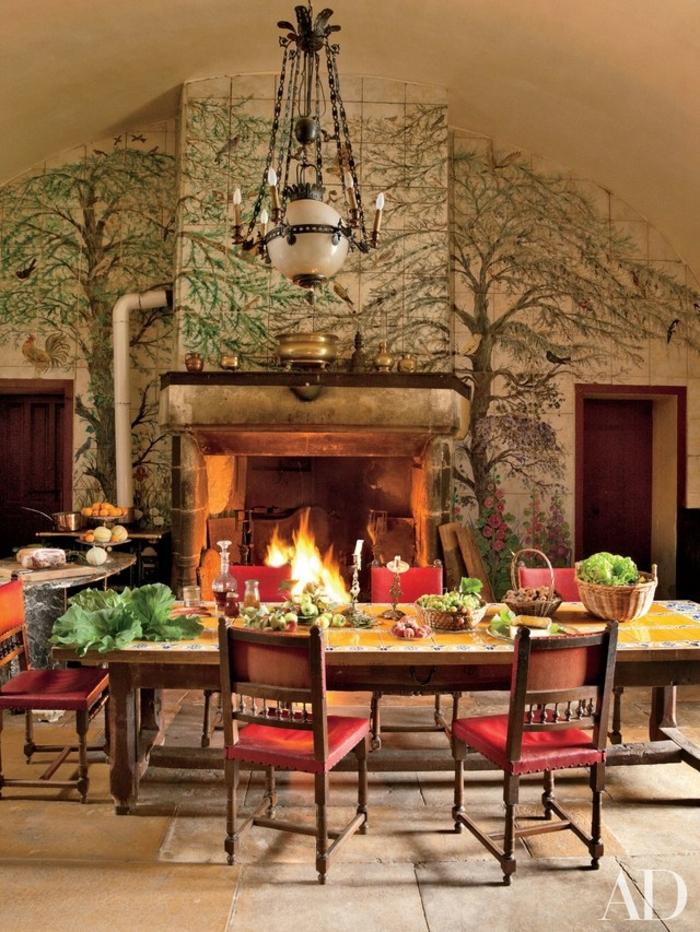 estufa de leña, salón en estilo rústico, paredes decoradas, candelabro vintage, muebles de madera