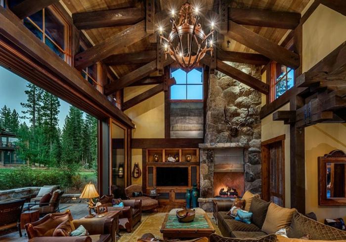 estufa de leña, ambiente en estilo rústico, techo con vigas de madera y candelabro vintage, casa rural con grandes ventanales