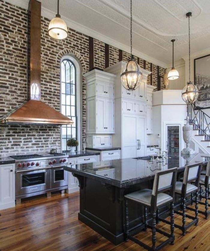 cocinas con barra, barra grade negra con encimera de cristal, paredes con ladrillos y elementos metales
