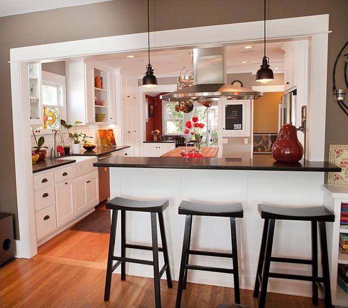 barras de cocina, cocina americana abierta al salón, barra alta con encimera negra, paredes en gris