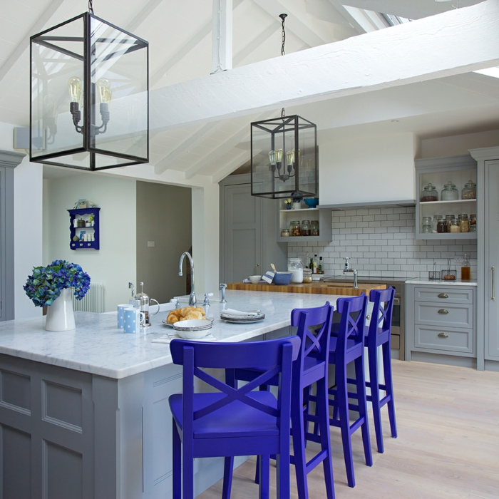 barra americana, cocina elegante en gris blanco y lila, lámparas vintage tipo linternas, suelo de parquet