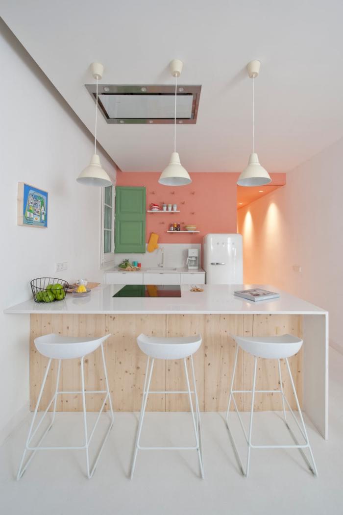 barra americana, cocina en tonos pastel, pequeño espacio optimizado con una barra de madera con encimera blanca que sirve de comedor