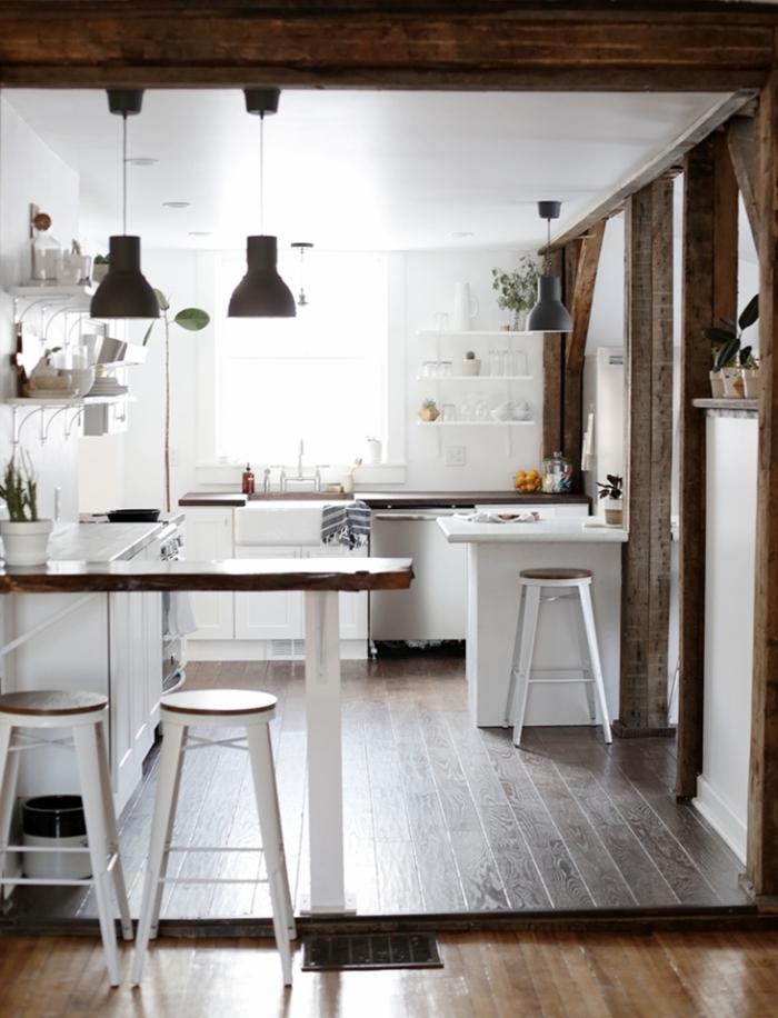 cocina tradicional, cocina de madera pintada en blanco, espacio acogedor y funcional con suelo de madera