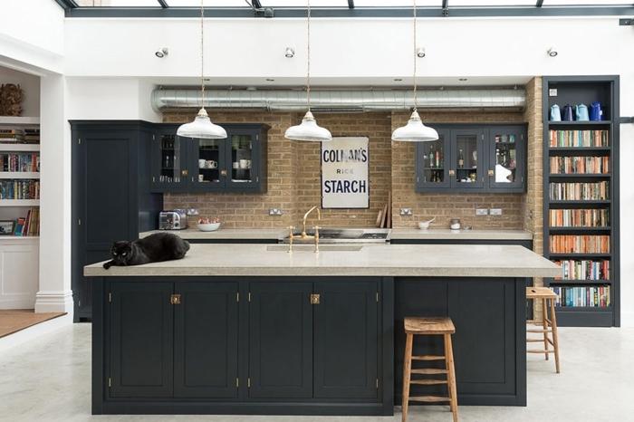 cocina tradicional, idea en estilo industrial, barra y armarios pintados en gris oscuro, armario para libros y decoración en la pared