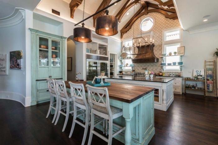 cocina tradicional, interesante idea en verde menta, muebles de madera y elementos de metal, candelabro clásico