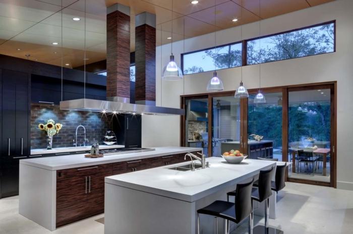 cocina tradicional, cocina con dos barras alargadas en blanco, grandes ventanales y armario alto en marrón oscuro