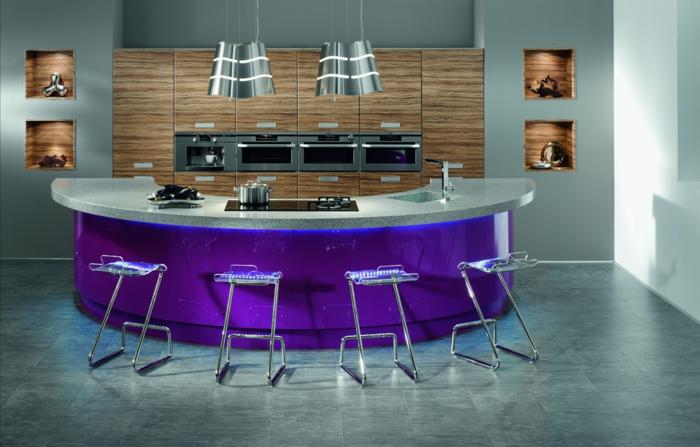 barra americana, ejemplo de cocina muy moderna con barra oval de color morado, imitación de madera y sillas de metal originales