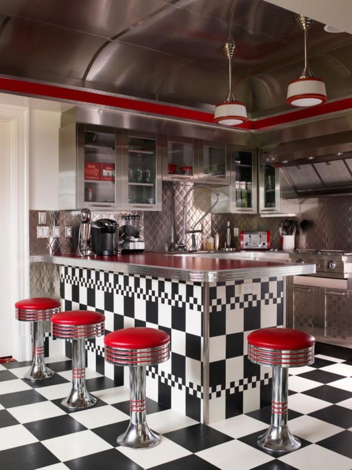 barra americana, barra en cuadrados blancos y negros, sillas en rojo, elementos color plata, lámparas en blanco y rojo