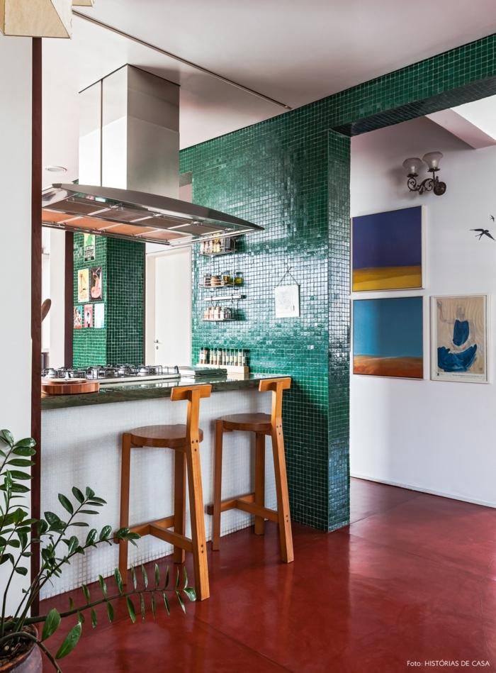 barra cocina, propuesta ideal para espacios pequeños, cocina moderna con contraste de colores y decoración en estilo bohemio