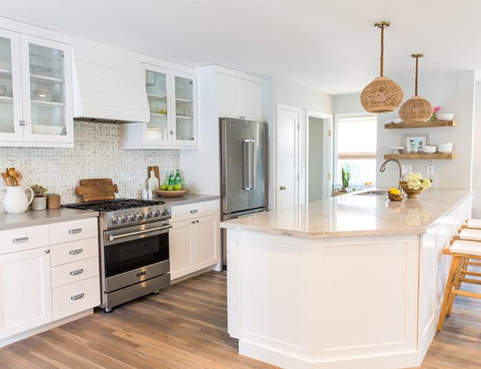 barra cocina, cocina en blanco con grande barra blanca con encimera en beige, suelo de parquet y sillas de madera