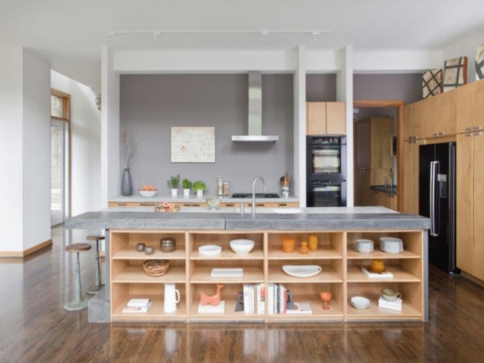 barra cocina, idea moderna de barra de cocina baja con estantes empotrados de madera, suelo de parquet, ejemplo en blanco y gris
