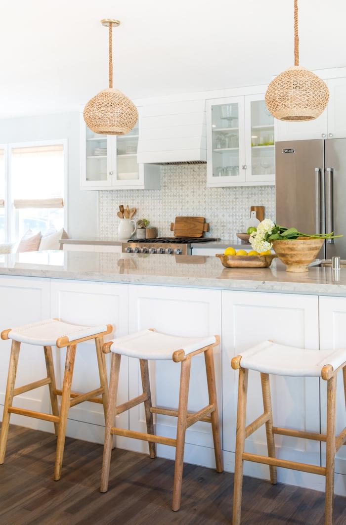 barra cocina, cocina en blanco con detalles de madera, barra con encimera de mármol en gris