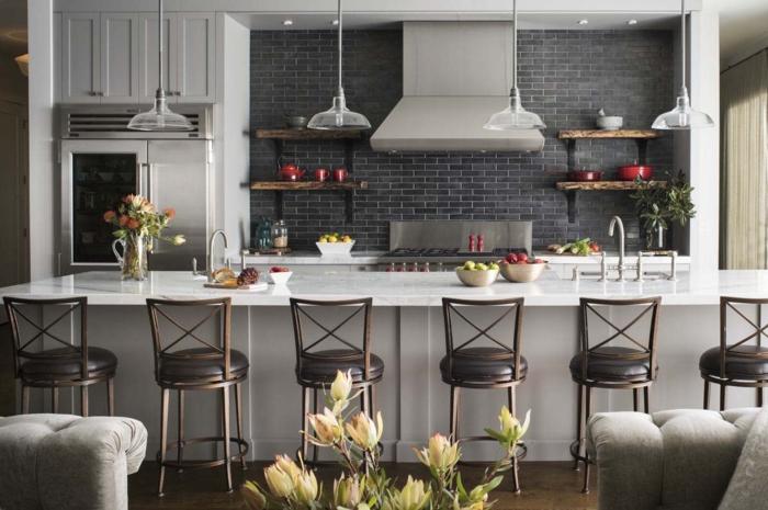 barra cocina, propuesta en estilo industrial, muchas sillas de barra, decoración de flores y elementos de metal