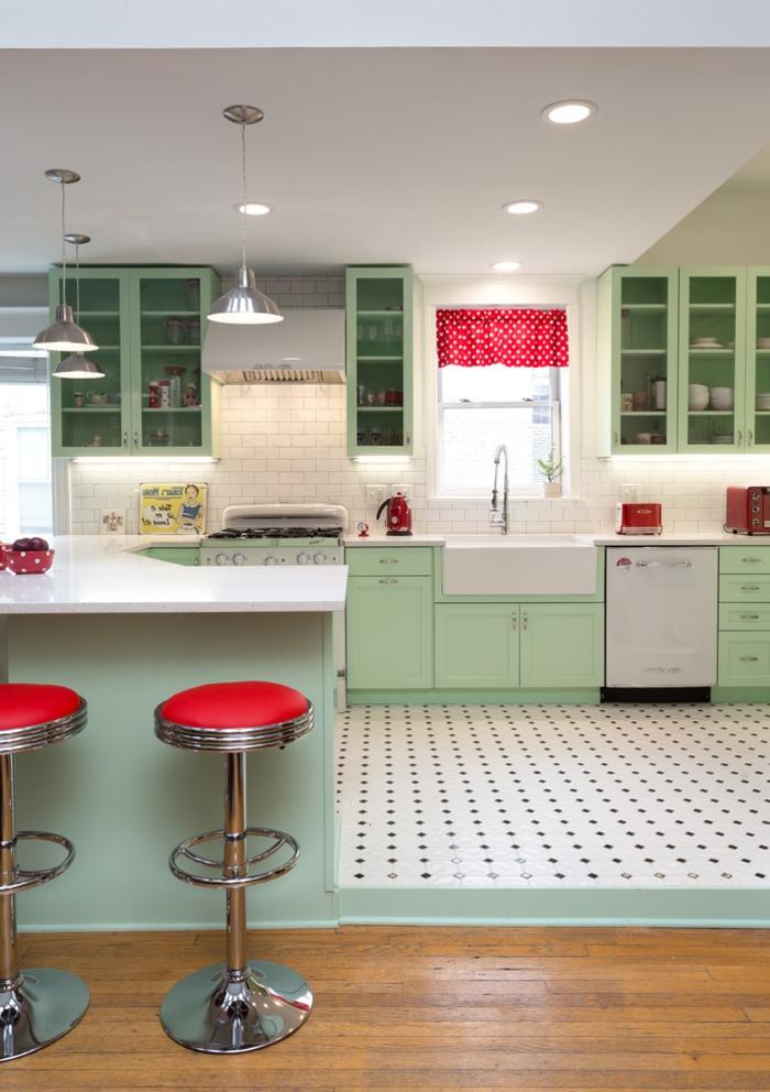 barra cocina, idea para cocinas modernas, cocina en color verde menta con detalles en rojo, suelo nivelado