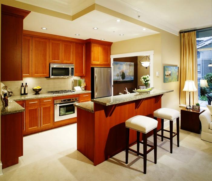 barra cocina, propuesta de cocina americana tradicional abierta al salón con muebles de madera, sillas de barra tapizadas en blanco