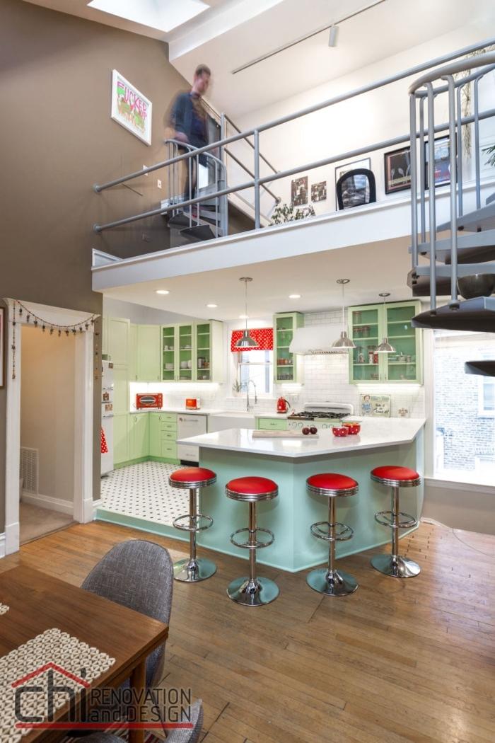 barra cocina, cocina contemporánea abierta al salón, barra de forma irregular, con sillas de barra ovales en rojo