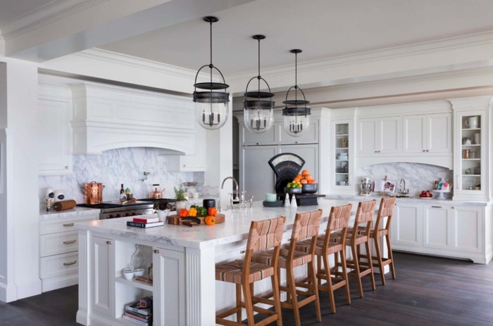 barra cocina, cocina tradicional en blanco con grande barra alargada y sillas en marrón, lámparas en estilo vintage