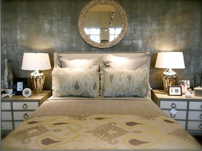 combinar colores, cama matrimonio con cobijas en beige, paredes en color oscuro con toque vintage, espejo oval retro