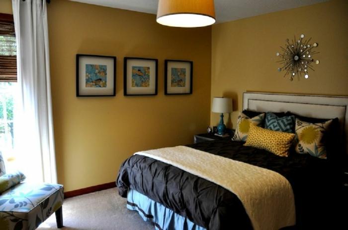 combinar colores, habitación en amarillo con sillas y almohadas en estampados florales, tres cuadros y decoración vintage en la pared