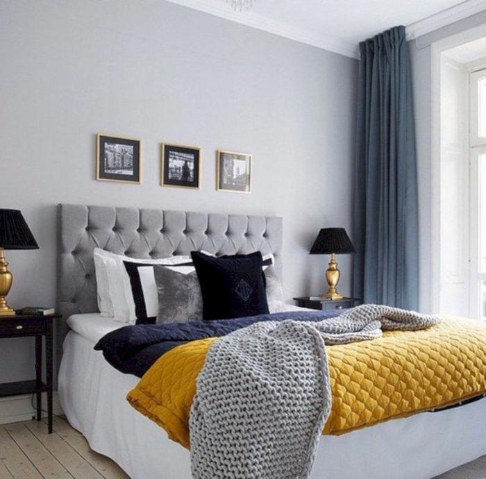 combinar colores, bonita mezcla de gris, negro y amarillo, cortinas de algodón, cama matrimonio con cabecero en capitoné, suelo de madera