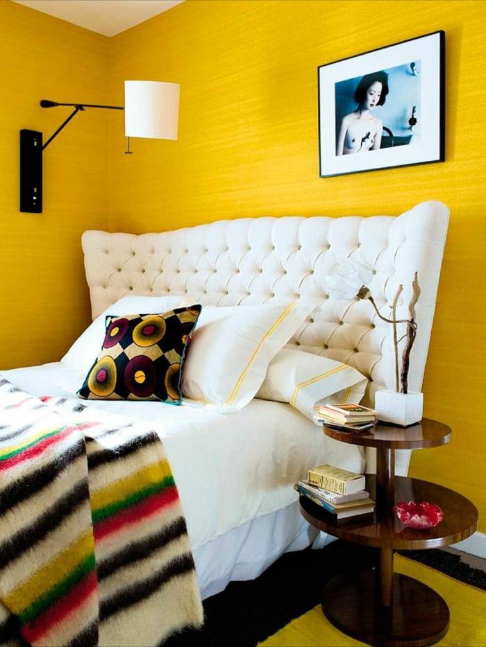 combinar colores, propuesta moderna y atrevida en amarillo mostaza, cama vintage con cabezal en capitoné beige y mesilla de madera