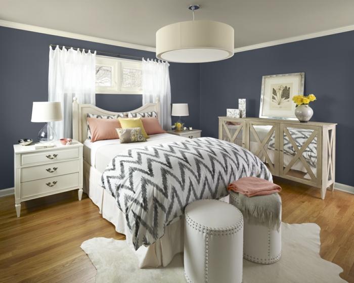 tonos de azul, habitación en azul grisáceo, suelo de parquet, sillas de piel moderna, muebles de madera