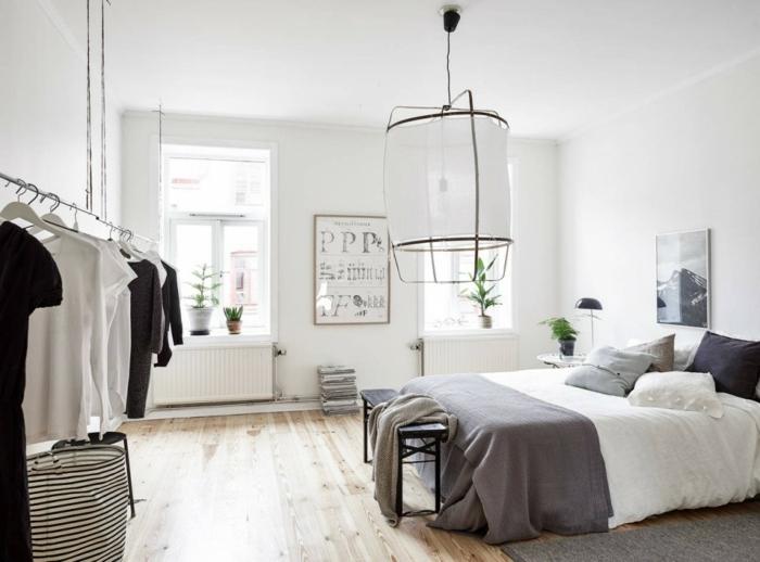 como pintar una habitación, grande dormitorio en blanco con suelo de madera, detalles en gris, habitación con toque juvenil