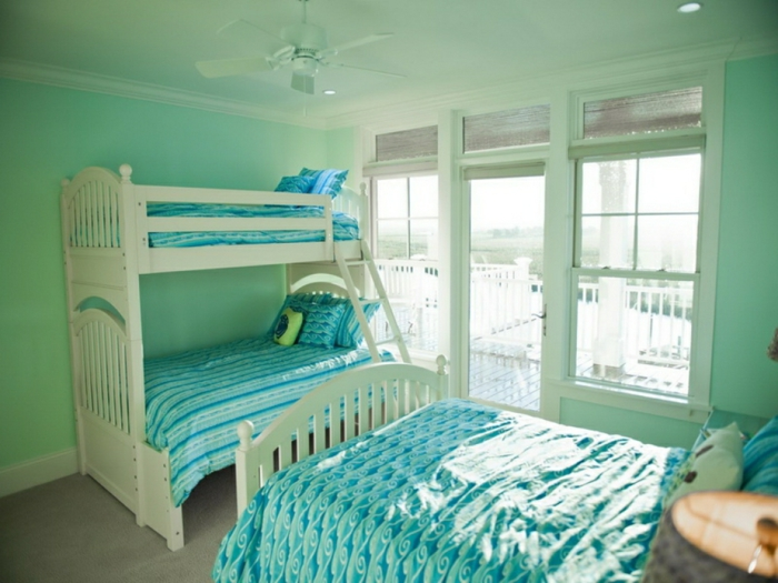 tonos de azul, dormitorio infantil en verde menta y azul aguamarina, tres camas individuales, habitación pequeña y luminosa