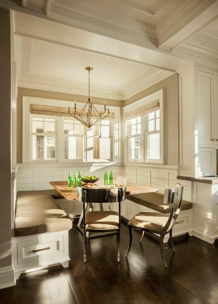 muebles de comedor, rincón para comer, banco empotrado, candelabro vintage, mesa de madera y sillas en beige