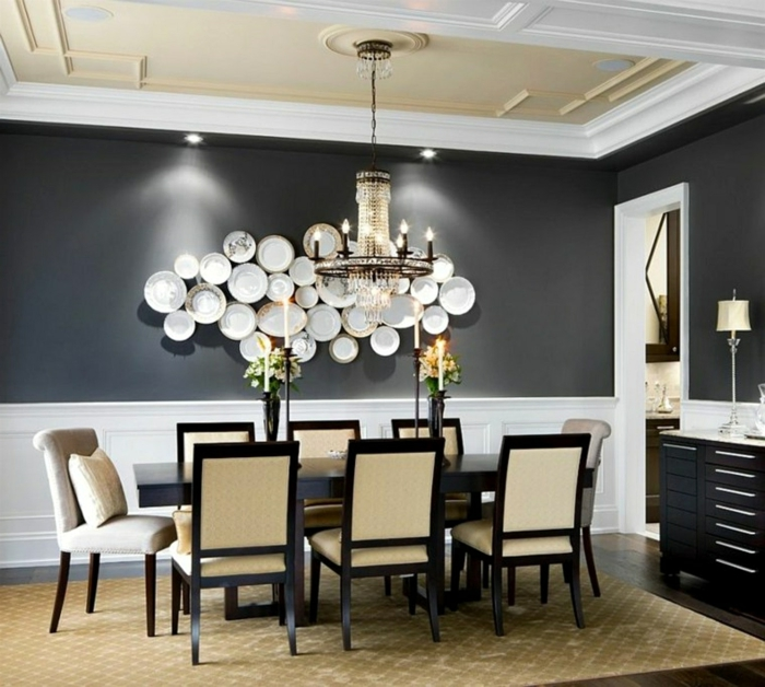 muebles comedor, comedor en blanco y negro, con paredes pintadas en negro y lámparas empotradas, decoración atractiva en la pared