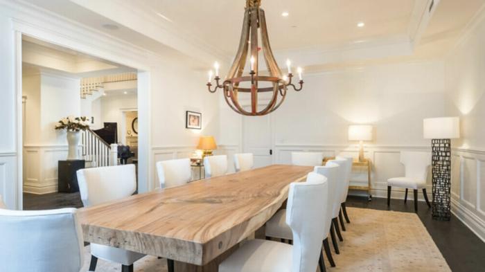 muebles comedor, comedor espacioso con candelabro vintage, mesa de madera y sillas blancas modernas, mucha iluminación