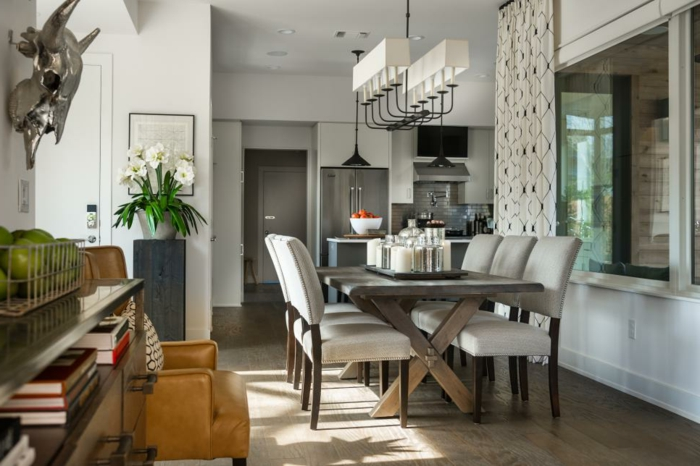 muebles de comedor, pequeño espacio que sirve de comedor, mesa de madera, lámpara interesante, interior relajado