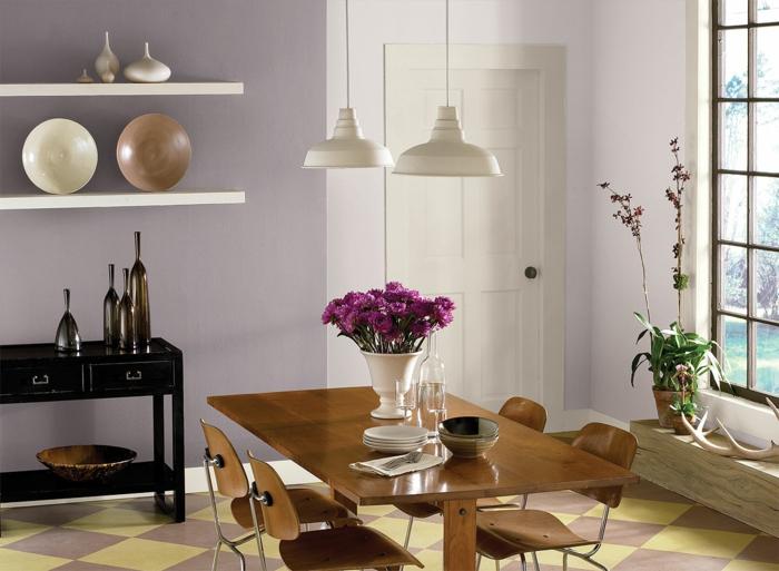 muebles de salon, comedor con paredes en lila, mesa y sillas de madera, decoración de flores, ambiente luminoso