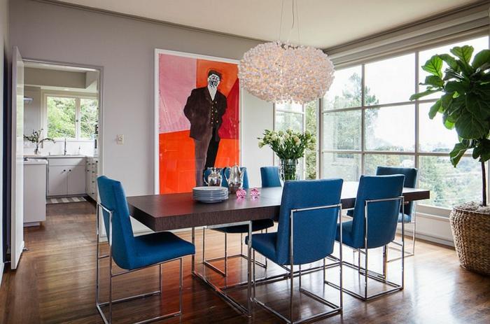 salon comedor, comedor grande muy original, sillas azules, mesa moderna con piernas de metal, araña muy fina y original en color rosa