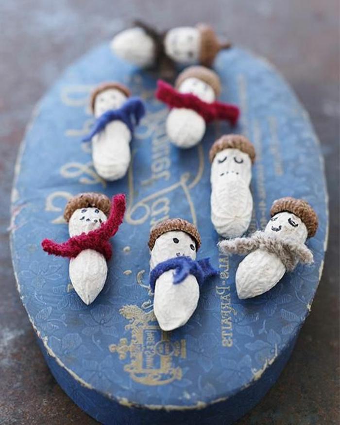 adornos de navidad caseros, bonitos ornamentos pequeños hechos de cacahuetes, adornos fáciles DIy para los más pequeños