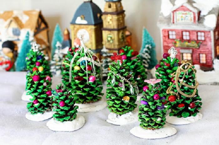 adornos de navidad caseros, piñas pintadas en verde, pequeños árboles de navidad decorativos DIY
